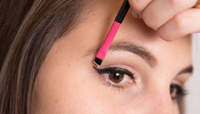 استفاده از استیکر برای داشتن خط چشم زیبا